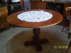 mesa con pie tallado