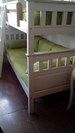 una cama cucheta con colchones