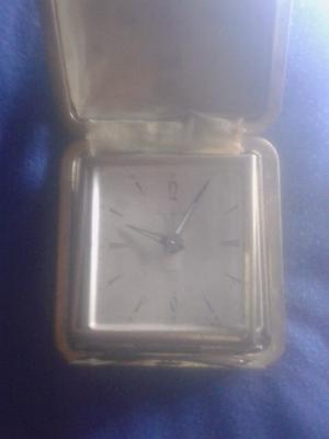 Dos relojes antiguos de mesa a cuerda.