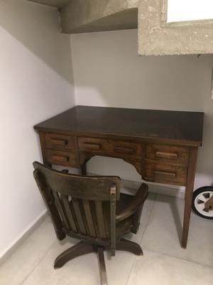 Escritorio y silla antigua