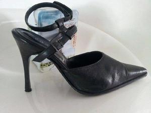 Zapato de cuero. Taco aguja con pulsera. negro #35-36 Nuevos