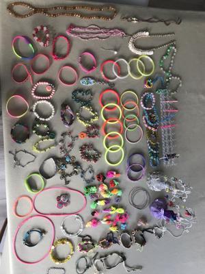 Set de bijouterie con telar y muñecas porta aros