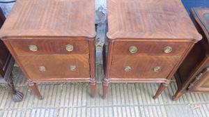 Antigua mesa de luz estilo inglés