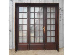 Antigua portada de madera en cedro a vidrios repartidos