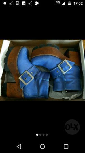 Botas azules de cuero