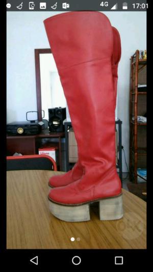 Botas rojas de cuero