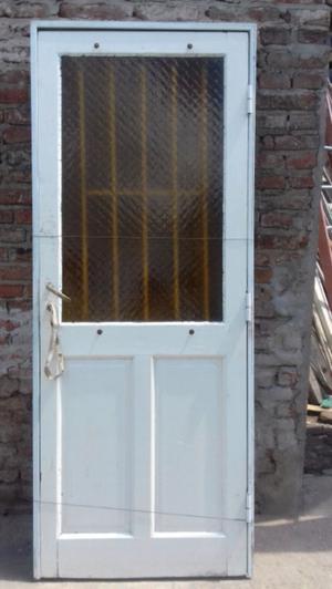 Puerta de cedro con reja y cerradura.