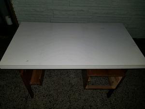 Mesa con dos cajones muy lindo