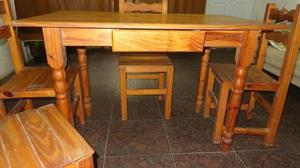 Mesa de madera maciza con cajón y 4 sillas.Buen estado.