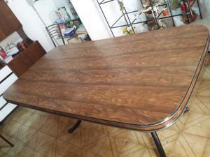 1 juego de mesa y 6 sillas de madera
