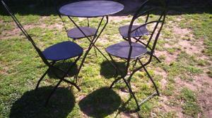 Juego de mesa y 5 sillas quilmes plegables.