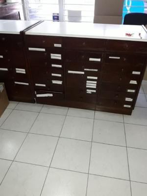 Vendo mostrador madera con 28 cajones