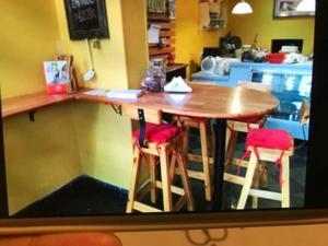 Barras para cafetería o local comercial con mesa central