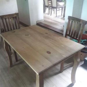 Mesa de comedor y dos sillas