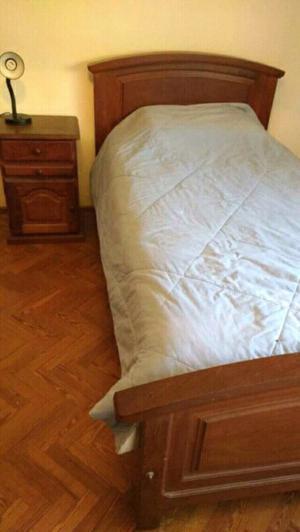 Cama de 1 plaza y 1/2 de algarrobo con colchón y mesa de