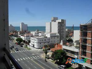 Departamento de un ambiente con balcón a la calle y vista