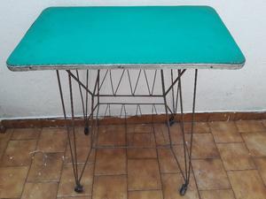 Mesa Tv Vintage Antigua Rueditas Muy Buen Estado. Avellaneda