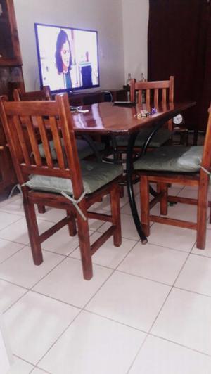 Juego de mesas y sillas con almohadones