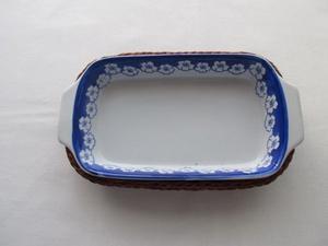 Fuente-bandeja de porcelana con canasto de mimbre, antigua,