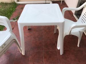 Mesa Plástico Y 4 Sillas Blancas De Patio