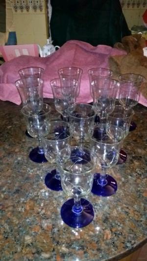 Hermosas copas antiguas de cristal tallado con pie azul.