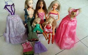 Lote de cinco muñecas y vestidos