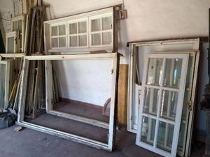 Aberturas antiguas de madera recién retiradas.