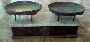 Balanza de dos platos, con set de pesas.RETRO