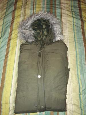 Campera de hombre color verde militar con capucha