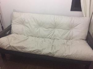 Futón de 3 cuerpos con colchón, mesa de living y banquetas