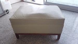 Puff tapizado blanco y base de madera