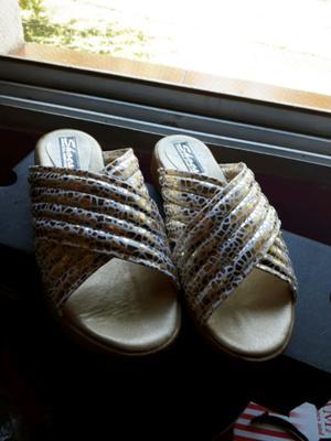 Sandalias blancas y doradas