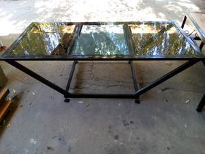 Mesa de vidrio y hierro