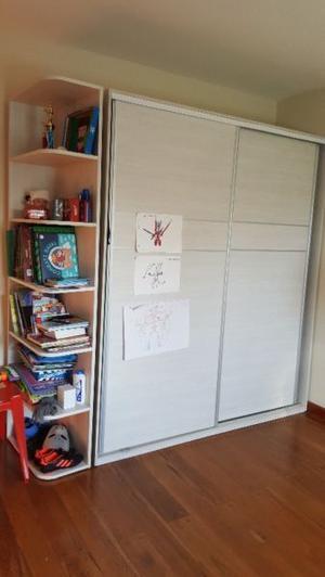 Placard dormitorio niño con estantes biblioteca
