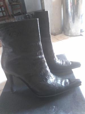 Vendo Botas en punta y taco alto de cuero marca Carla
