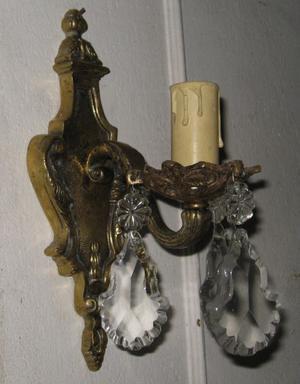 Aplique de bronce fundido de una luz, con caireles, antiguo.