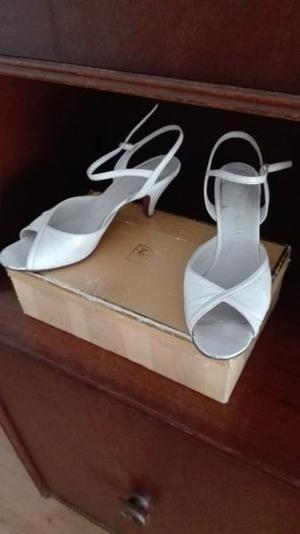 Hermosas sandalias blancas y cartera de regalo