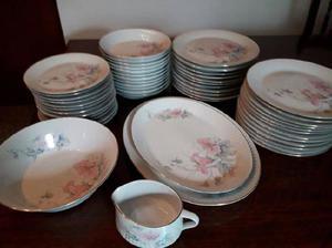 Juego de platos, fuentes, ensaladera y salcera de porcelana