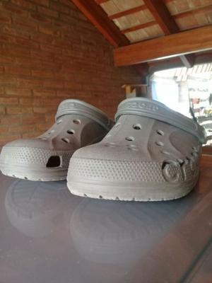 Crocs grises oscuras