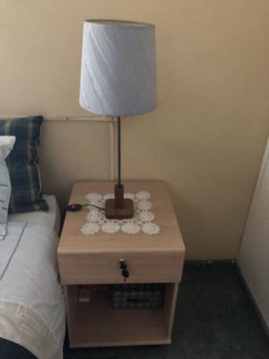 Vendo 2 mesas de luz con una lámpara, impecable