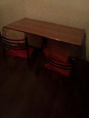 vendo mesa con 4 sillas $, usada