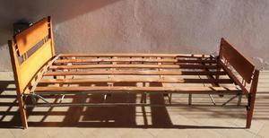 Juego antiguo de cama de una plaza y mesa de luz
