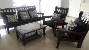 Juego de sillones y mesa de algarrobo con almohadones