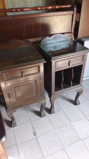 Antiguas mesas de luz estilo chipendal