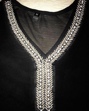 Blusa negra de gasa bordada nueva