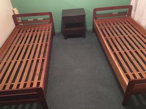 JUEGO DE DORMITORIO: 2 camas de una plaza + mesa de luz