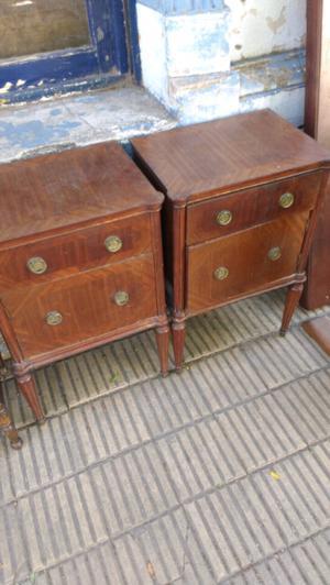 Antiguas mesas de luz estilo inglés