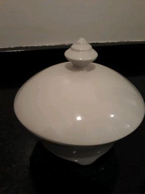 Caramelera o dulcera blanca con tapa sin detalles