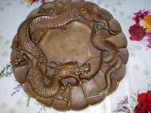 plato de bronce con figura de dragon