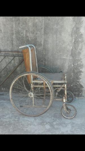 Silla de ruedas antigua a restaurar